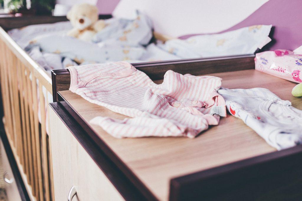 Babybett und Wickelkommode als Gefahrenquelle für Stürze