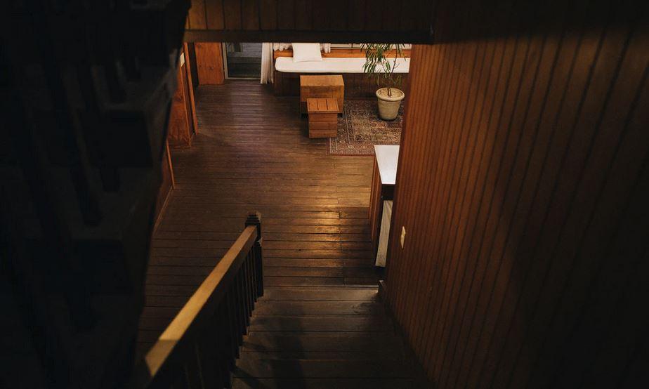 Dunkle Treppe ohne Licht